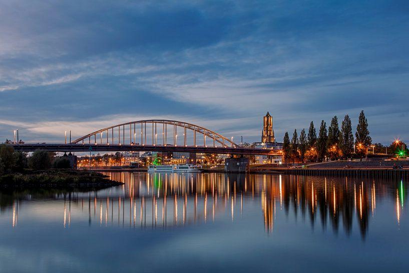 Arnhem, met de Eusebius kerk, John Frostbrug en de Nederrijn. van Anton de Zeeuw