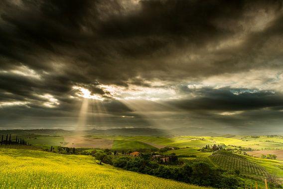 Zonnestralen op het Toscaanse landschap