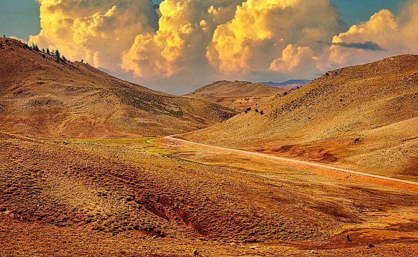 Weg door het Atlasgebergte in Marokko van Rietje Bulthuis