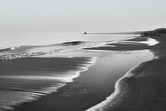 Strandzicht in zwart-wit