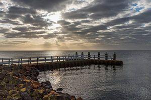 Afsluitdijk met steiger tijdens zonsopkomst van