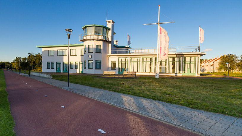 Voormalige luchthavengebouw burgerluchthaven Welschap, Meerhoven van Joep de Groot