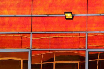 Weerspiegeling in oranje van Pauli Langbein