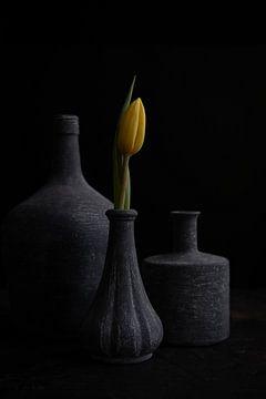 Gelbe Tulpe in grauer Vase von Maaike Zaal