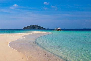 Sandbank in einem azurblauen Meer von Antwan Janssen