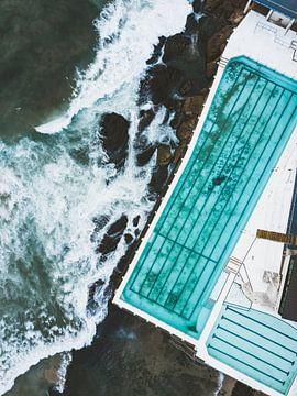 Blauer Pool mit dem Pazifischen Ozean aus der Luft am Bondi Beach, Australien von Michiel Dros
