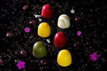 Chocolade bonbons / culinaire foto / kleurrijk van Meggie Spek