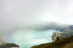 Kratermeer in de wolken van
