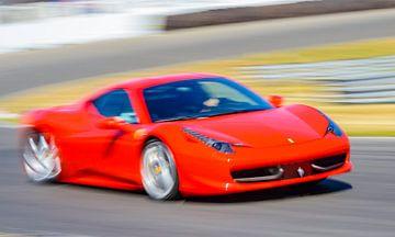 La Ferrari 458 Italia rouge, une voiture de sport qui roule à grande vitesse
