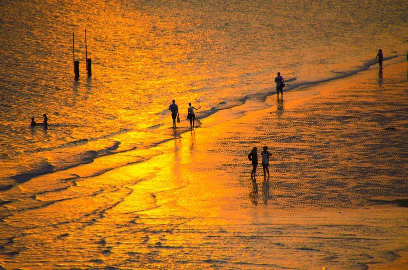 Een strandwandeling langs het strand tijdens een zonsondergang van Jessica Berendsen