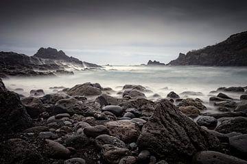 rotsige kust en woeste zee bij Laje Beach op Madeira sur gaps photography