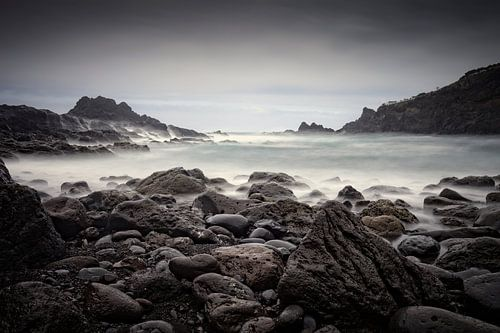 rotsige kust en woeste zee bij Laje Beach op Madeira