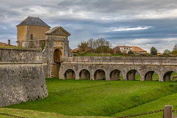 Porte des Campani met brug in Saint Martin de Ré, France van Maarten Hoek