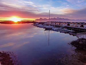 Middernacht zon in de Lofoten (Noorwegen) van