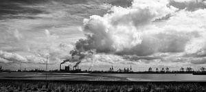 Industrie naast de 2e Maasvlakte in zwart-wit