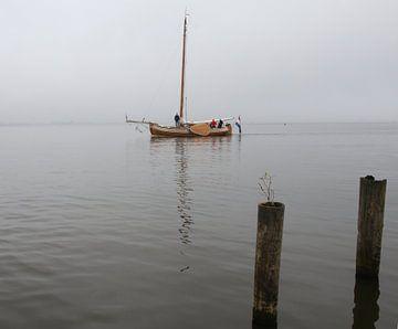 Zeilboot in de mist van Pim van der Horst