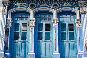 Trois vieilles portes bleues de style colonial