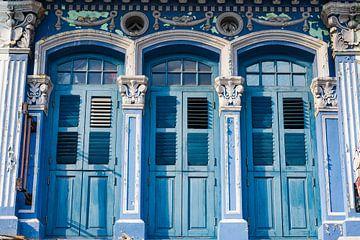 Drei alte blaue Türen der Kolonialart auf einer Reihe von Jan van Dasler