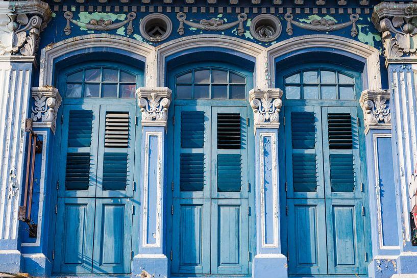 Trois vieilles portes bleues de style colonial sur Jan van Dasler