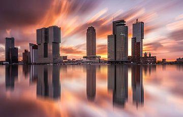 skyline van rotterdam bij zonsopkomst van