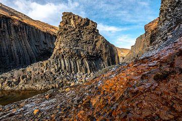 Een blik door de Stuðlagil canyon in noord IJsland van Gerry van Roosmalen