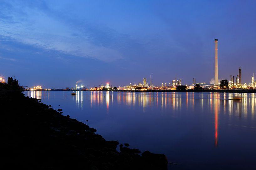 Vondelingenplaat in het Botlekgebied in Rotterdam van Merijn van der Vliet