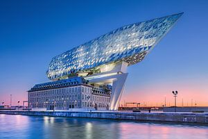 Antwerpse havenhuis (Zaha Hadid) bij dageraad