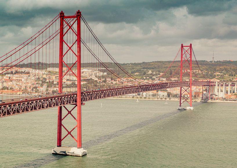De 25 de Abril-brug in Lissabon van Tomasz Baranowski