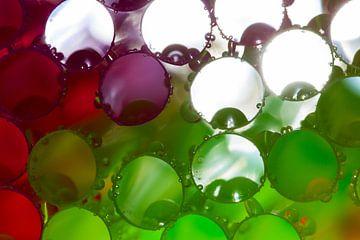 Gekleurde rietjes met waterdruppels van Mark Scheper