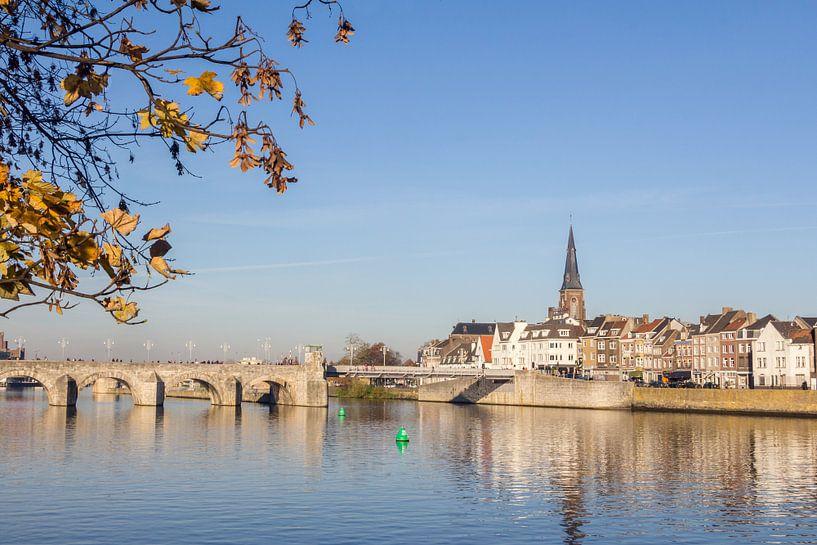 Uitzicht op de Servaasbrug van Maastricht Nederland van Hilda Weges