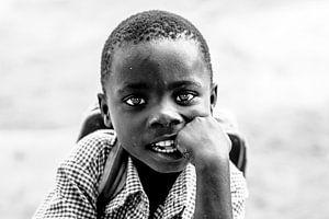 Portret van een Oegandees jongetje klaar voor een nieuwe schooldag. van Milene van Arendonk