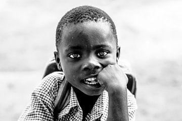 Porträt eines ugandischen Jungen, der für einen weiteren Schultag bereit ist. von Milene van Arendonk