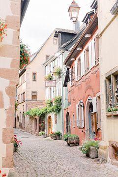 Kleurrijk straatje in Frankrijk | Pastel reisfotografie wall art van Milou van Ham