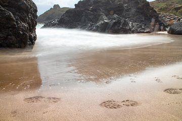 Voetstappen op het strand. van Marleen Kuijpers