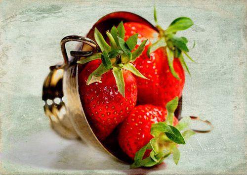 Strawberries in a silver bowl van Rosi Lorz