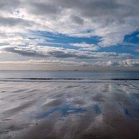 Wolken weerspiegelen op het strand van Corrie Ruijer