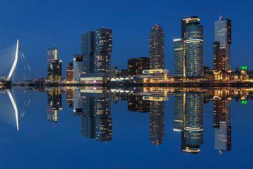 Skyline von Rotterdam zur blauen Stunde, Niederlande von Markus Lange