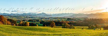 Panoramisch uitzicht over de Allgäu tot in het Illertal bij zonsondergang van Leo Schindzielorz