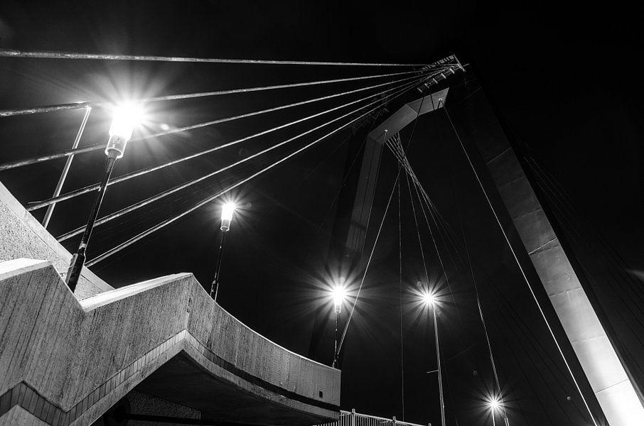 Zijkant trap naar de Willemsbrug in Rotterdam (zwart-wit)