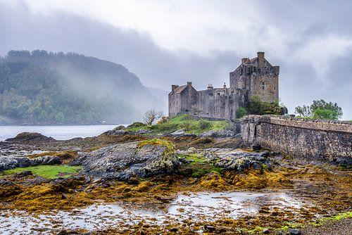 Kasteel en mist in Schotland van