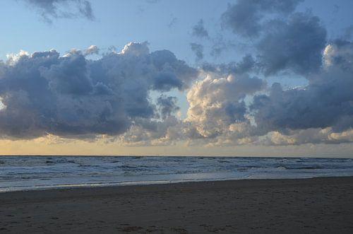 Prachtig wolkendek boven zee van Op Het Strand