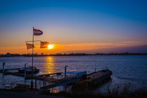 Ondergaande zon op het water