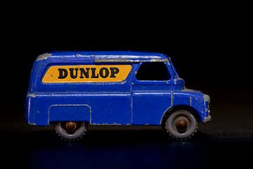 Blauer Bedford Spielzeugwagen mit Dunlop-Werbung von Jenco van Zalk