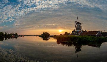 """Sonnenuntergang über der Mühle """"De Rat"""" gelegen am Geeuw in IJlst von Wout Kok"""