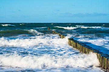 Buhnen an der Küste der Ostsee an einem stürmischen Tag von Rico Ködder