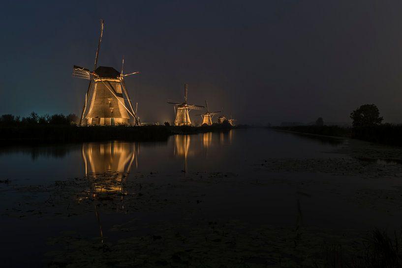 Mistig verlicht Kinderdijk van Jan Koppelaar