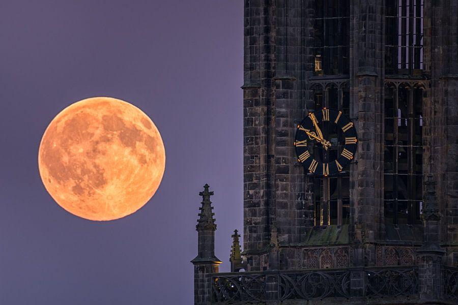 Lange Jan kerktoren in Amersfoort met volle maan van Albert Dros