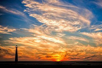 Sunset with the lighthouse of Den Helder sur eric van der eijk