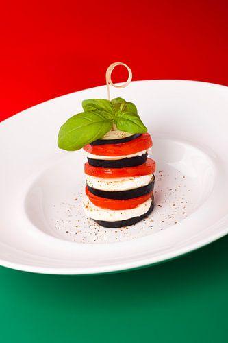 Italiaans gerecht van aubergine, mozzarella en tomaat