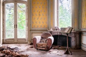 Verlassener Stuhl in der Ecke.
